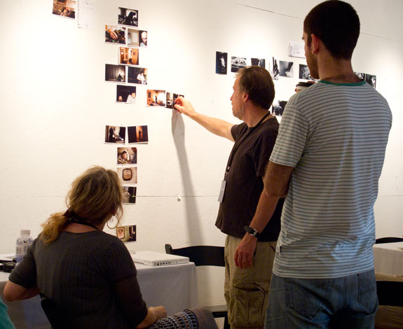 Alex Webb discusses editing with his LOOK3 workshop. Courtesy, © Susan Katz, 2001